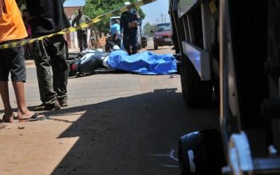 Acidente entre caminhão e motocicleta deixa um morto