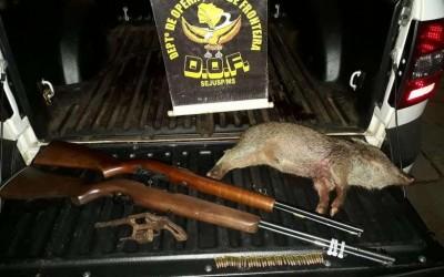 Caçador ilegal é preso com espingarda e porco do mato morto