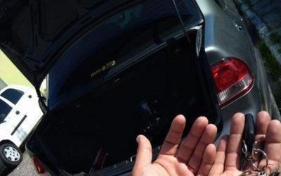 Motorista de aplicativo é encontrado algemado após passar horas refém de bandidos e avisar PM do porta-malas