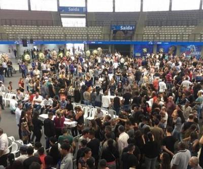 Centenas se reúnem para velório de vítimas de atiradores em Suzano