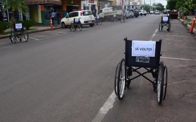Prefeitura realiza ação de trânsito sobre vagas de carro para idosos e pessoas com deficiência