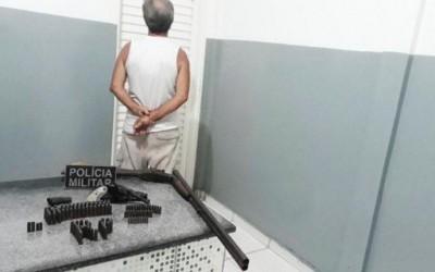 Homem é preso por agredir e ameaçar esposa com armas de fogo