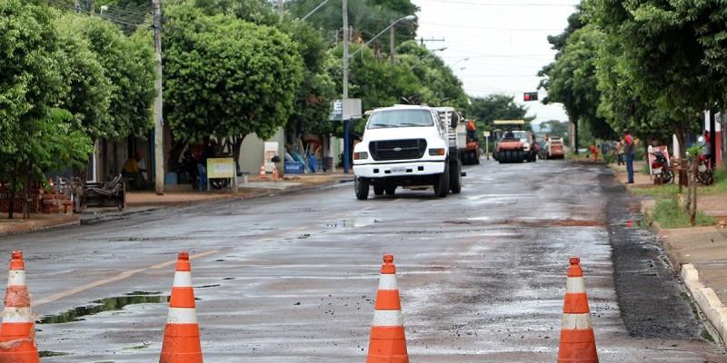 Ruas Egídio Thomé e outras duas importantes vias recebem recapeamento asfáltico