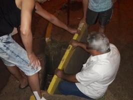 Tampa de bueiro cede e empresário fica preso em buraco no Centro de Três Lagoas