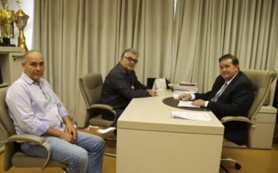 Ex-vereador Reginaldo Banha visita deputado Eduardo Rocha, em seu gabinete