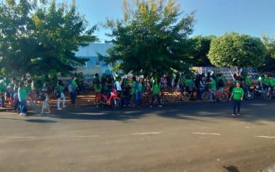 Em apoio aos servidores administrativos, alunos do Colégio Estadual Bom Jesus realizam ato de reivindicação esta manhã