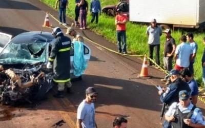 Grávida morre em batida frontal de carro com furgão de prefeitura em MS