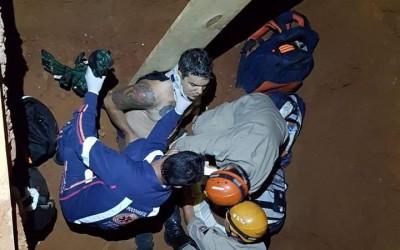 Motociclista cai em um vala de 2 metros de profundidade na Rodovia BR 262