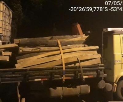 Polícia Militar Ambiental autua infrator com carga de madeira ilegal