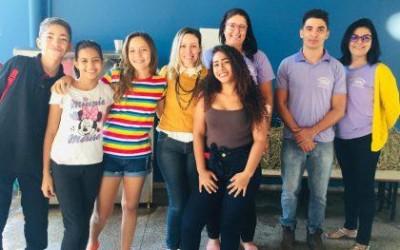 Alunos da Escola Municipal Olyntho Mancini prestigiam peça abordando o respeito e empoderamento feminino
