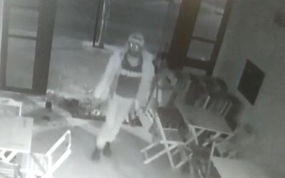 Câmeras de segurança flagram ciclista furtando pastelaria no Centro