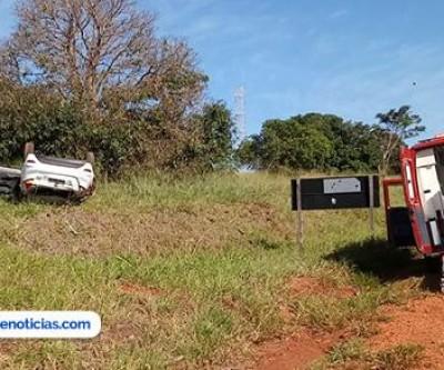 Carro capota na Gerson Dourado e mulher fica ferida próximo a Ilha Solteira-SP