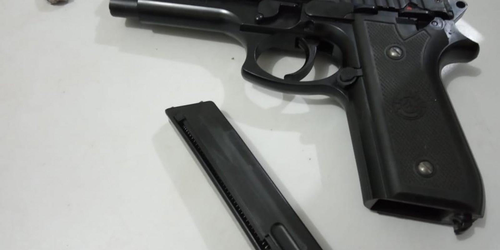 Homem é preso por porte de drogas; em sua posse, a polícia encontrou uma réplica de arma de fogo