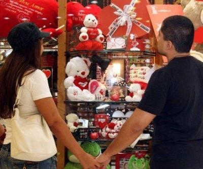Lojas funcionarão em horário estendido nesta terça para compras do Dia dos Namorados