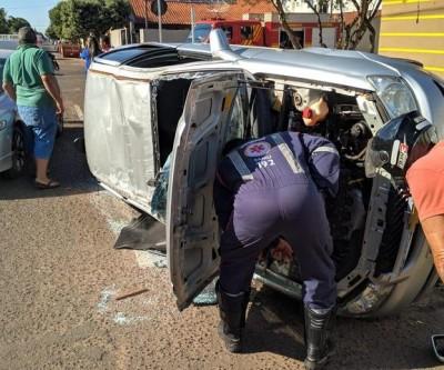 Veículo capota após acidente no bairro Lapa, em Três Lagoas