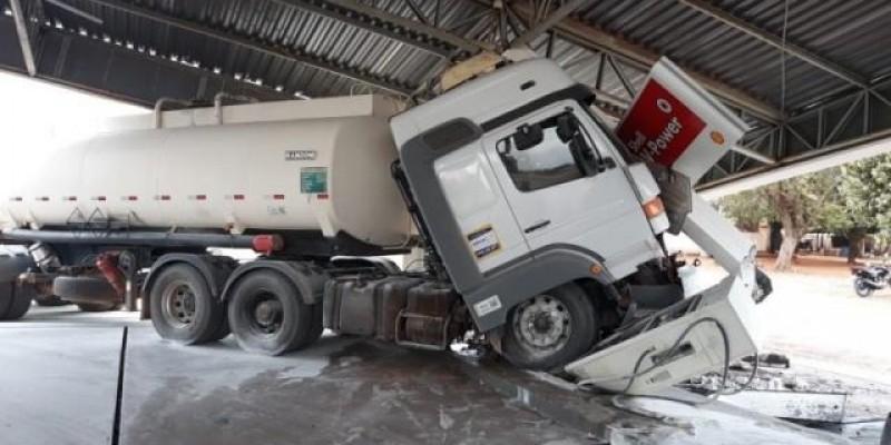 Caminhão anda sozinho e derruba cobertura de posto de combustível