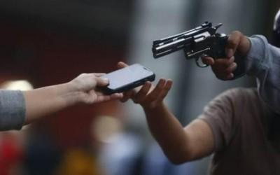 Mulher perde celular para dupla de assaltantes no Jd. Progresso