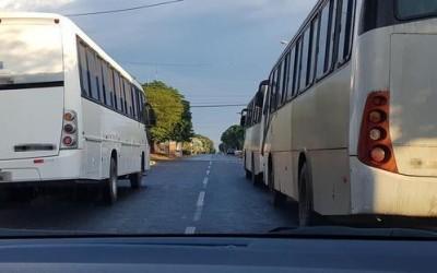 Ônibus estacionados irregularmente em via causam transtornos aos motoristas no bairro Santos Dumont