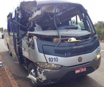 Acidente envolve ônibus e carreta na BR-158; dos nove feridos, um está em estado grave