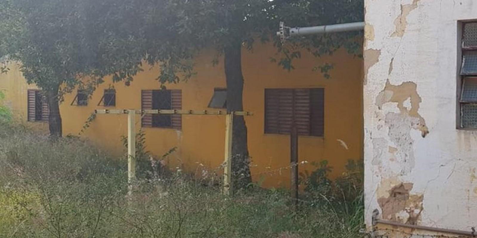 Antigo hotel no Centro da cidade que abriga mendigos é notificado pela sujeira e abandono