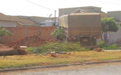 Carreta desgovernada deixa rastro de destruição na Avenida Tocantins em Chapadão do Sul