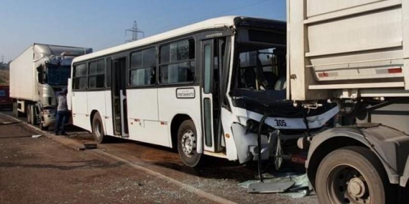 Engavetamento envolvendo 4 veículos deixa 3 pessoas feridas na BR-262