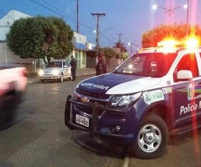 Homem embriagado é preso pela PM conduzindo veículo em Água Clara; ele também portava CNH falsa
