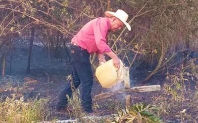 Prefeito apaga fogo em cruz de madeira ás margens de rodovia em Três Lagoas