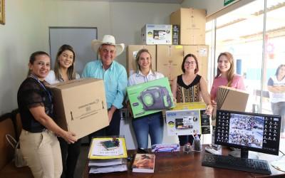 Projeto de Fortalecimento de Vínculos de Crianças na Vila Piloto recebe visita do prefeito na entrega de computadores