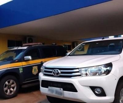Alegando estar sendo ameaçada para fazer viagem, mulher é presa em Água Clara com camionete roubada