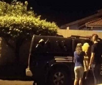 Idosa de 83 anos é levada para a delegacia em Ribas do Rio Pardo após matar filhotes de gato a pauladas