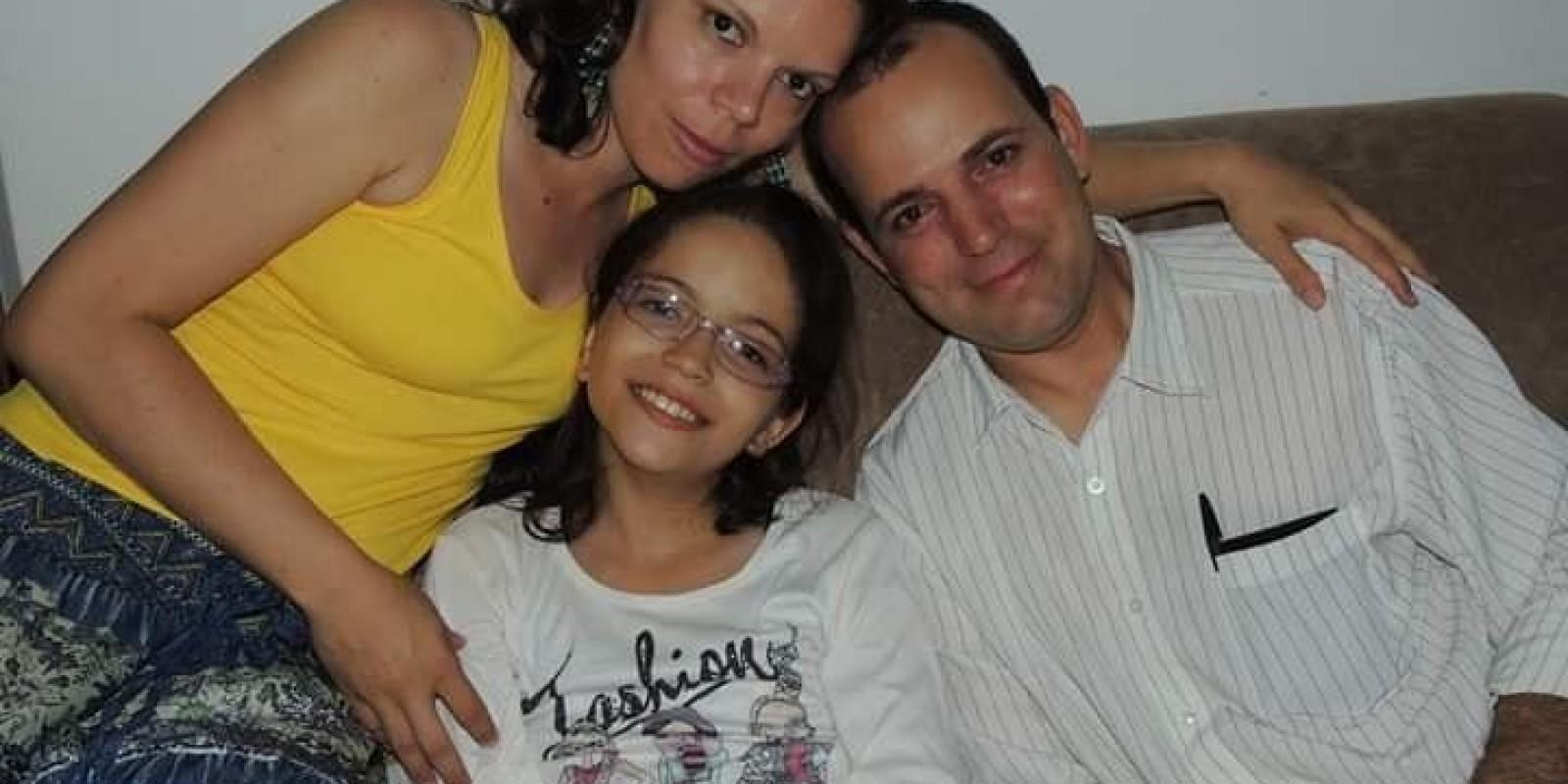 Pais fazem campanhas para levantar dinheiro e realizar cirurgia de alto custo da filha