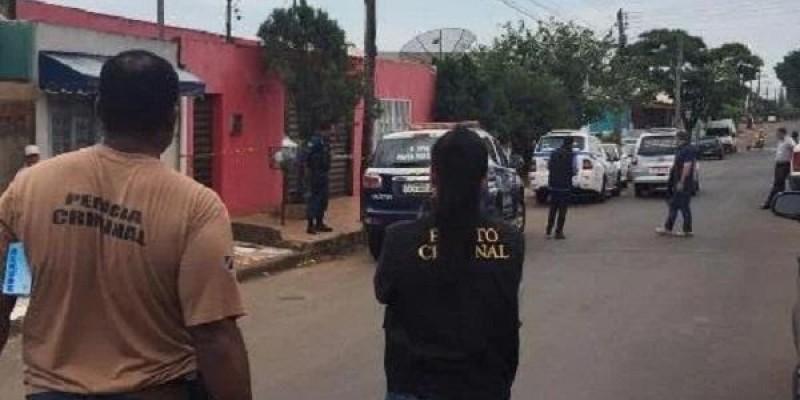 Pistoleiros invadem casa e executam homem por engano na frente do filho em MS
