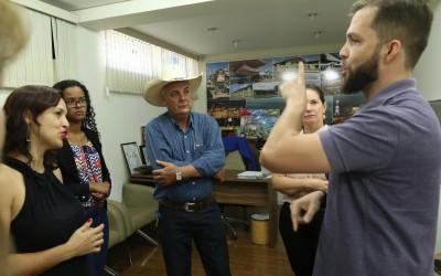 Professor de Libras da UFMS se despede de Três Lagoas e agradece apoio do prefeito aos deficientes auditivos