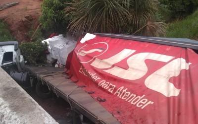 Carreta tomba em rodovia na região de Três Lagoas