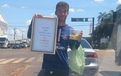 Jovem que vende paçoca em semáforo e sonha em ser empresário comove internautas de Três Lagoas