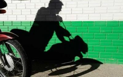 Jovem tem motocicleta furtada em estacionamento de loja de departamento