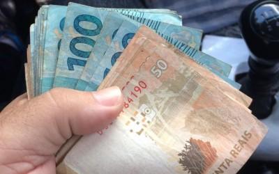 Homem descobre que mulher gastou R$ 1, 8 mil, não pagou as contas e tenta agredi-la