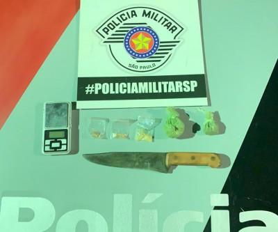 Homem dispensa sacola com drogas e balança de precisão em Ilha Solteira