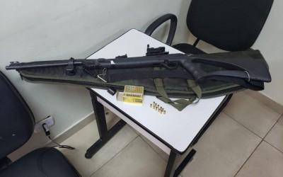 Homem é preso após usar rifle no fundo do quintal de casa em Andradina