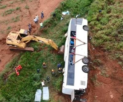 Motorista de ônibus que caiu em ribanceira diz à polícia que não sabia sobre curva na pista