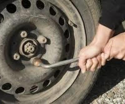 Dupla oferece ajuda à mulher, troca pneu e depois rouba veículo na BR-158