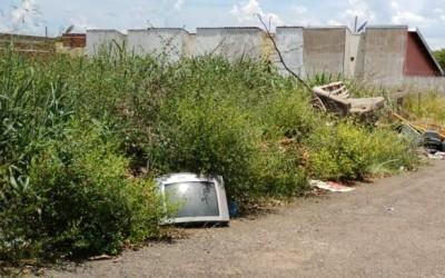 Moradores denunciam descarte de lixo irregular no bairro Santos Dumont