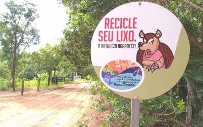 Rancheiros instalam placas de orientação sobre animais silvestres e descarte de lixo