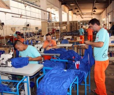 Uniformes, mochilas e estojos entregues nas escolas foram confeccionados por internos do presídio de Três Lagoas