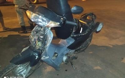 Moto fica destruída após acidente no bairro Vila Nova