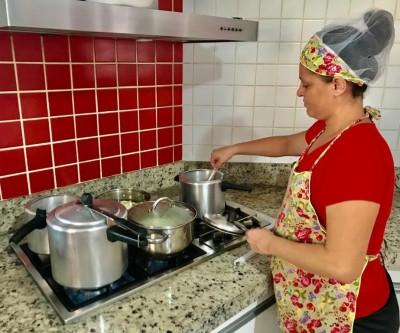 Para sustentar os 7 filhos em época de crise, diarista inova e passa até a cozinhar