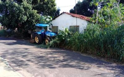Prefeitura realiza limpeza de terreno baldio após denúncias e falta de resposta dos donos