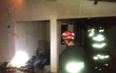 Bombeiros combatem incêndio em residência no bairro Vila Nova