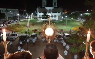 Padre celebra 'missa drive-trhu' para evitar contatos entre fiéis em MS
